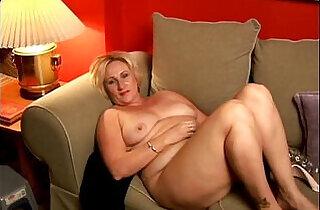 Chubby cougar has a nice wank.  xxx porn