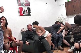 Un Diner entre amateur libertins termine en partouze ultra hot.  xxx porn