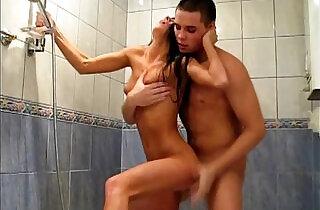 淋浴性爱: Sweet White Girl Fucked in the Shower